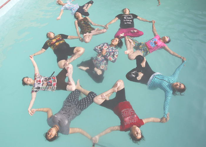 Йога на воде в одном из местных бассейнов города Джодхпур.