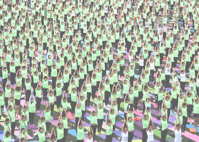 Более тысячи человек собрались в спортивном парке на юге Китая, чтобы отпраздновать Международный День Йоги.