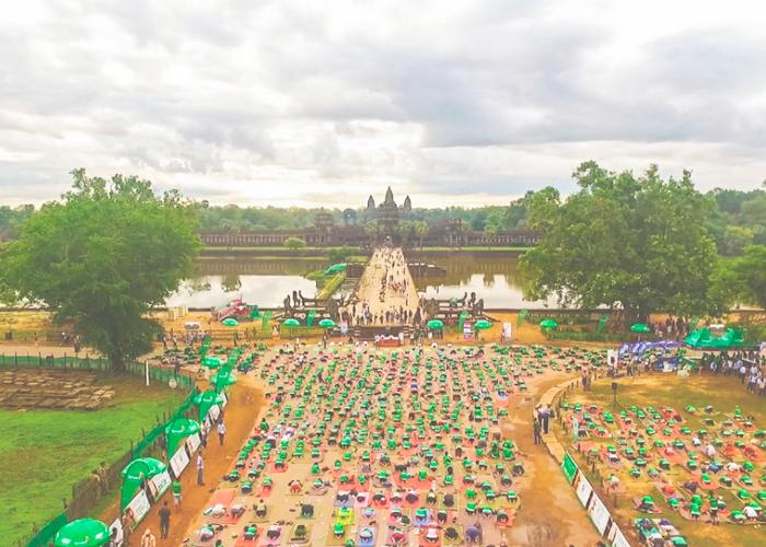 Йога на площади перед храмом Ангкор-Ват в Камбодже.