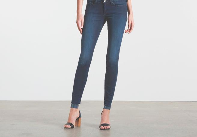 В то время, как женщинам предлагают 12 способов носить легинсы для йоги буквально везде, в школах возрастает недовольство по поводу обтягивающих джинсов, которые вредны для здоровья и выглядят вызывающе.