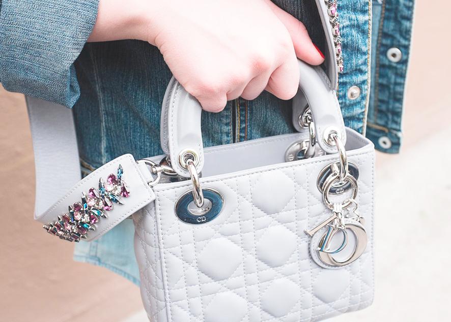 Dior выпустил новую модель мини-сумки, сочетающую практичность и роскошь.