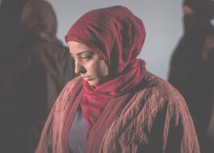 Женщины, пережившие личные трагедии, связанные с военной обстановкой в Сирии, делятся своим опытом со зрителями в новой театральной постановке «Королевы Сирии».