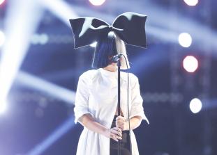 Заброшенный склад, иконический парик и последняя песня от Sia.
