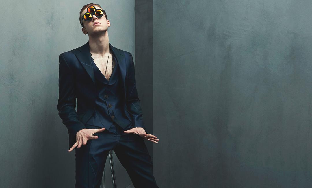 Камерон Монахэн - парень в костюме и очках