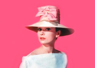 Всего каких-то 100 лет назад в мире моды всё было наоборот — розовый для мальчиков, а голубой — для девочек. Почему же всё изменилось?