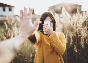 Наш постоянный спутник — «умный» телефон-гаджет — способен негативно влиять на отношения со второй половинкой и даже стать причиной разрыва.