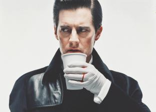 Мы любим Кайла Маклахлена так же сильно, как агент Купер любит кофе, а в преддверии нового сезона легендарного сериала «Твин Пикс» нам хочется вспомнить, чем же именно Маклахлен покорил сердца фанатов.