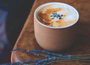 Не нужно никаких кофемашин или сложных процессов смешивания — возьми турку, кофе и еще пару ингредиентов.