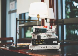 Сказки, мемуары и антиутопии, которые стоит прочитать в этом сезоне.