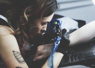 Девушки из московского тату-салона рассказывают о профессии татуировщиц и о гендерных стереотипах в ней.