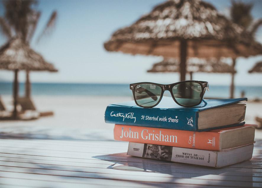 Для чтения на отдыхе отлично подойдут добрые истории, наполненные мотивирующим смыслом.