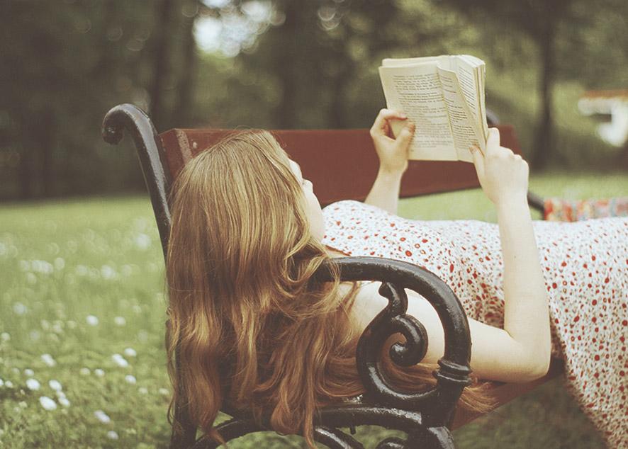 Легкие истории, которые подходят для летнего чтения на свежем воздухе.