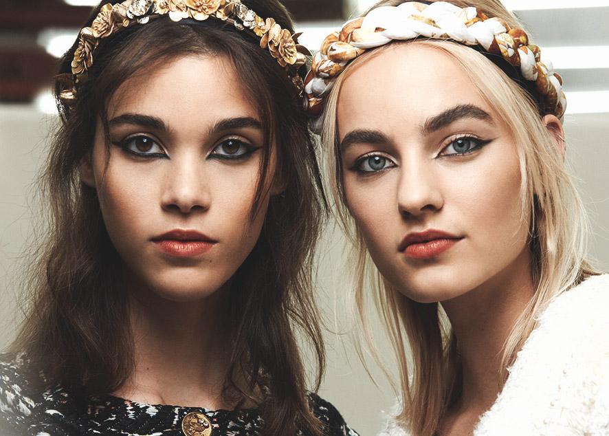 Тенденции в макияже этой осени - яркие тени, густые ресницы и мокрые губы.