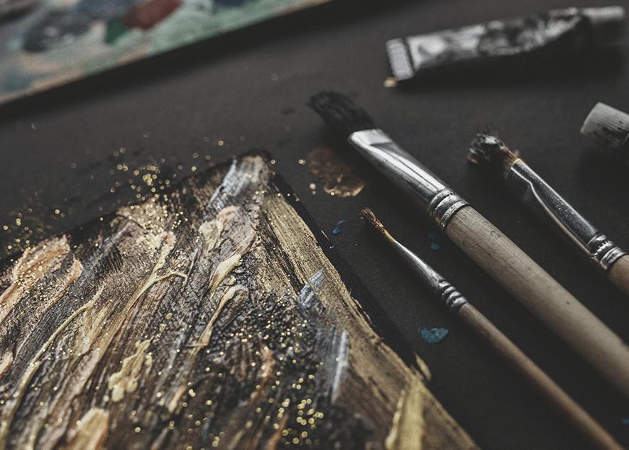 Ты можешь отработать скучный рабочий день в офисе, но все еще иметь право называть себя писательницей или скульптором.