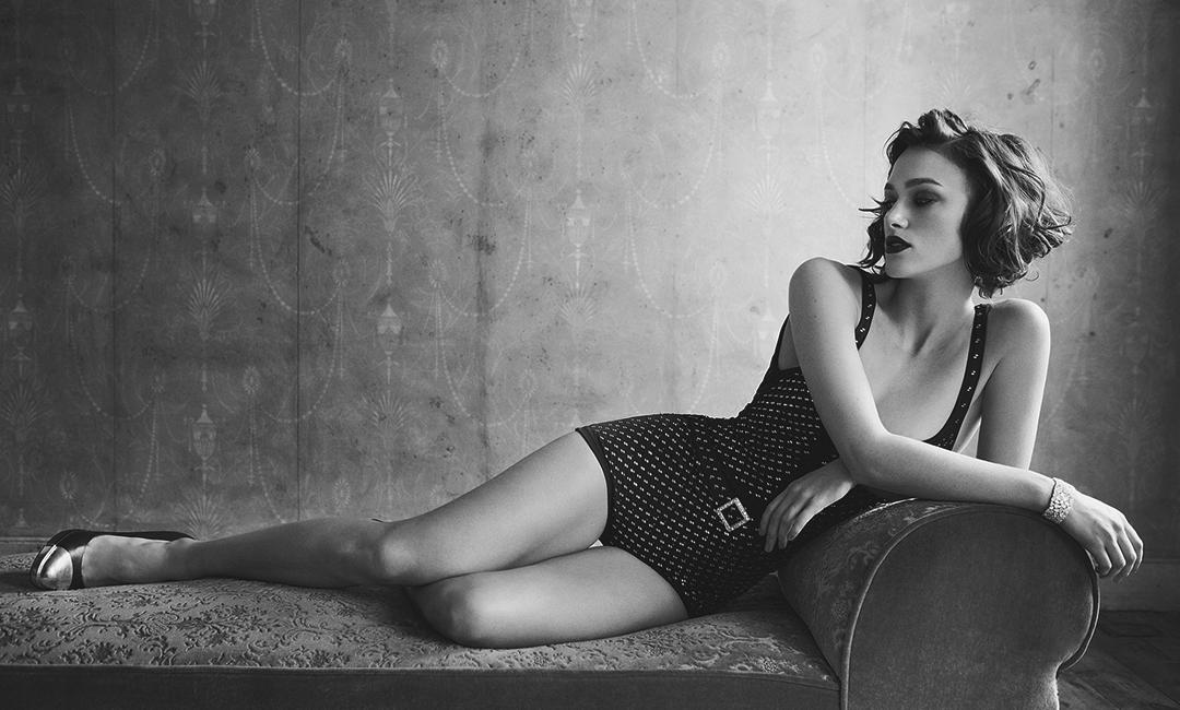 Кира Найтли в купальнике, черно-белая фотосессия
