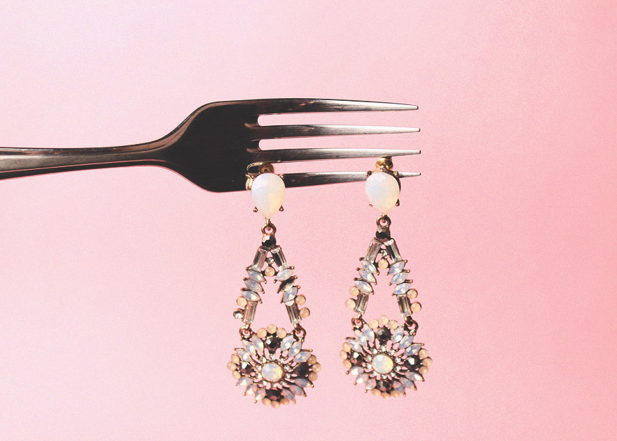Где купить и с чем сочетать объемные серьги, ожерелья и комплекты из драгоценных камней.