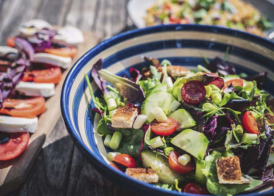 Как сочетать продукты в салате, чем заправлять и как нарезать.