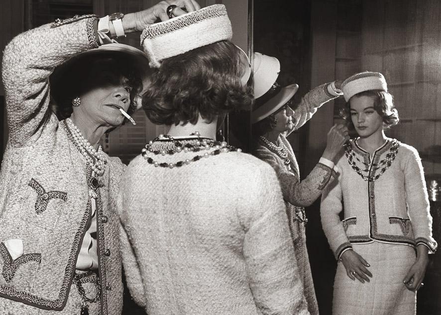 История появления твидового пиджака в женском гардеробе и подборка стильных моделей.
